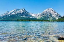 雪山湖泊与树林共存,不可错过的旷世美景。   利湖就像它名字的谐音一样是一片非常美丽的湖。我和闺蜜是