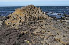 巨人堤道位于北爱尔兰贝尔法斯特西北约80公里处大西洋海岸。由总计约4万根六角形石柱组成8公里的海岸。
