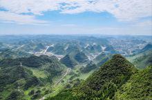 梅花山的喀斯特地貌  最高海拔2680米的梅花山,地跨 六盘水与毕节两地,一年中持续低温,绝佳的避暑