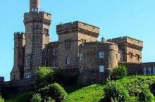 一个在山坡上可远观的因弗尼斯城堡  ……毗邻尼斯湖…… 因弗尼斯城堡是个多灾多难的城堡,基本一次战火