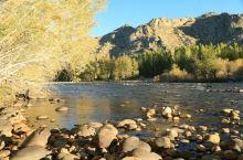 可可托海位于北疆阿勒泰地区,景区里有幽深的峡谷、清澈透明的河流、陡峭秀丽的山峰,景色非常优美。假如你