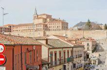 塞哥维亚古城及其渡槽位于西班牙首都马德里以北约70千米处,是西班牙历史名城和著名古迹,是保存最完好的