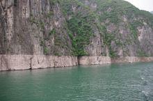 长江三峡游轮进入重庆段后,江水安逸平稳,且十分清澈。真希望这一江碧水能直通长江下游。 长江两岸峡谷在