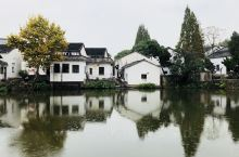翻出一些老照片,之前去的一个江南古镇,白墙黑瓦一汪清水,还挺喜欢这种中式的感觉