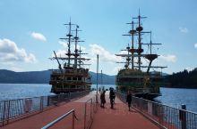 芦之湖的码头边一共有三艘海贼船航行于湖面上,分别是胜利号、南欧皇家太阳号和北欧狮瓦萨王号。。海贼船色