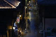 临海紫阳老街,刚刚经历了台风和洪水的灾害,每户人家都在清理自家物品,在各界人士的热心帮助下,恢复家园
