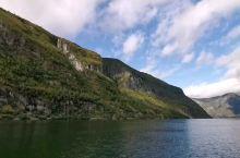 挪威松恩峡湾——         美在群峰竞秀         美在碧水蓝天         美在飞