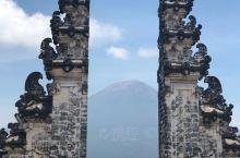 因为登上美国《国家地理杂志》而迅速走红,许多游客慕名而来,阿贡火山在当地人心中是一座神山的存在,穿过