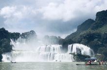 世界第四大跨国瀑布—德天瀑布。瀑布气势磅礴、蔚为壮观,与紧邻的越南板约瀑布相连,河面好多越南小返划着