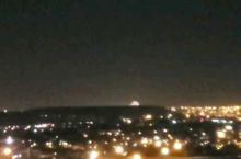 约翰内斯堡的夜景,远处有烟花在燃放。