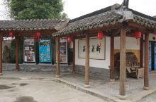 新义农庄是金山区枫泾镇新义村中的农家乐,有餐饮和住宿服务。新义村以都市农村为发展方向,农业经济也趋于