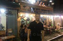 河内市老街的窄轨两旁都是小酒吧,吸引着全世界各地的游客前来打卡。