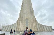 #冰岛最美教堂# 一路走到彩虹街的尽头,这个极简风格的教堂,有点结合现代建筑和哥特尖顶。教堂里的特色