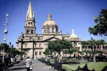 瓜达拉哈拉是属于路易斯·巴拉甘的城市。因为朋友的推荐而来到这里,再次倒着时差,背着大包,穿梭在教堂林
