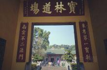 六祖慧能大概是中国佛教禅宗里知名度最高的祖师了,不仅流传了诸多关于他的故事和佛偈,更有一尊1300年