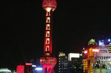 国庆期间上海外滩的灯光秀,美轮美奂,吸引了来自全国各地的游客。