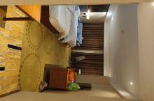 酒店外立面装修可以,但是还达不到四星标准,房间地毯感觉不干净,房门锁没有安全感,不知道是不是因为网购