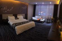 唯有卧槽能形容这个酒店的好,从大堂的宽敞就能感受到房间的大!再来三个字大,净,静!出差这么多年没想到