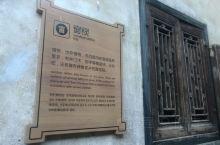 这是江西关西围屋,是住比较有特色的客家房屋的建筑风格,古老斑驳的门窗留下的历史痕迹。