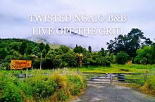 TWISTED NGAIO B&B,很古怪的名字,起这名字的也是两个古怪的人。 工程师男主人SHUA