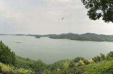 上海开车3小时左右到达,酒店在山里,绕过山体看见湖光山色非常美丽。 应该是新人的网红打卡地,有不少摄