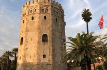 西班牙黄金塔修建于1220年,这座建筑之所以名为黄金塔,是因为建筑的四周涂有一层金粉,闪闪发光好似黄