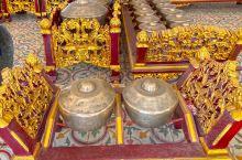 印尼 日惹 皇宫里依然居住着原王族家眷,仆人和工作人员都着古时候的衣服和装饰。 皇宫位置在马里奥波罗