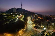 昨晚回来太晚没注意酒店位置,早起拉开酒店窗帘发现对面是首尔南山塔,漂亮的晨景。才发现客户安排的酒店超