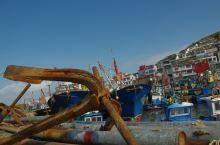 四百多年前,每逢渔汛季节,嵊山渔场已呈现千舟云集,万人汇集,合力撒网捕鱼的兴旺景象。她的兴衰见证了东
