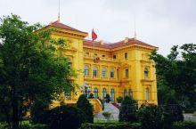 【胡志明故居】位于巴亭广场旁的主席府内。主席府的主体建筑是一栋由德国人建的法式别墅,颇为豪华,但如果
