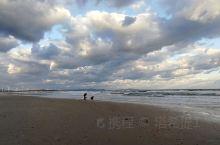 昨夜一场雨,今日满天风,晨浪舞沙滩,白云蓝空行。 在5-6级风下看海,海浪似千军掩杀,波涛如万马嘶鸣