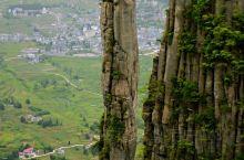 说是大峡谷,其实是在山上啊。看石头。地貌和张家界差不多其实。镇山之宝的大石柱被栏杆围起来了。建议住在