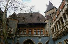 匈牙利布达佩斯沃伊达奇城堡  地址: 布达佩斯城市公园 游玩时间:1-2小时。 最佳观赏季节:春季和