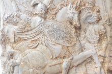 卡洛斯五世皇宫精美的石雕。虽然年代久远,部分雕刻损坏,但依旧可以看出战马生动的形态,衣服柔和的线条,