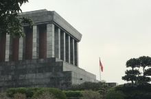 在越南河内参观胡志明纪念堂,导游早上带我们很早去排队,9点开始进㘯,等待卫兵守岗仪式后进馆,纪念堂位