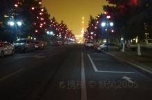 乳山夜景,这是一个滨海小城,市区分为城区街道与滨海新区,夜里万籁俱寂只有夜景灯在闪烁。夜里的街道是安