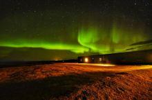 冰岛和新西兰的风光略有相似,而极光是最大的差别。在新西兰,看不到极光。  然而10月初,冰岛的天气很