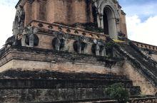 契迪龙寺(Wat Chedi Luang),是清迈的三大地位最高的寺庙之一。 寺庙年代久远,曾是清迈