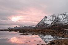 挪威极光之旅 极夜中的罗弗敦群岛  今日起,日照时间0,下一次日出时间为明年1月。  下午两点,天空
