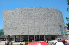 亚历山大图书馆在外围的花岗岩质地的文化墙上,镌刻着包括汉字在内的世界上50种古老语言的文字、字母和符