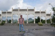 黄果树大瀑布是中国国内最具知名度的旅游景点之一(国内瀑面最宽,水量最大的瀑布),它位于群山环抱的贵州