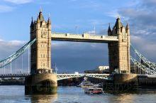 伦敦塔桥 始建于1886年4月,横跨泰晤士河上的伦敦塔桥(Tower Bridge),因在伦敦塔(T