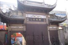 金刚寺大殿高15米,宽20米,占地450平方米,巍峨瑰丽,古朴典雅,雄伟庄重。大殿正上方供奉三尊大佛