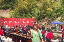 临安龙门秘境的龙门秘酱文化节 一城一味,在临安龙门秘境举办的首届龙门秘酱节上,连范大姐都来站台了。源