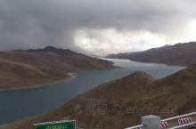 车入当雄县城左行,就进入了去纳木错的盘山公路。对纳木错,有久闻其名、不见其形的久违之情。纳木错在西藏