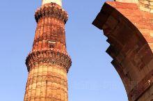 建于1193年位于新德里以南约15公里处的顾特卜塔,是印度七大奇迹之一,高达72米用红砂岩建成。独特