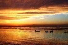 每逢假日,骆马湖畔便游人如织,有在沙滩边烧烤的年轻人,也有乘坐汽船冲击浪花的游人,当然也有一些坐在沙