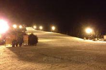 军都山滑雪夜场,人少高手多。快入夏,想念冬天的清凉了。