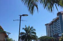 亚庇是沙巴和婆罗洲渔业的兴盛地、旅游景点,同时也是东马来西亚的工业及商业重镇,市内有众多购物中心。由