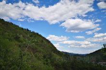 黄花水长城,蓝天白云好美 不走寻常路才更有意思,现在的野长城已经被植物覆盖很严重,如果不及时修整可能